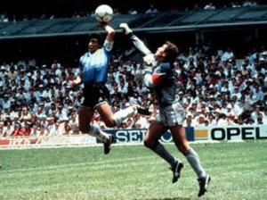 L'image ne laisse guère de doute mais à vitesse réelle l'arbitre n'a pas vu la main de Maradona.