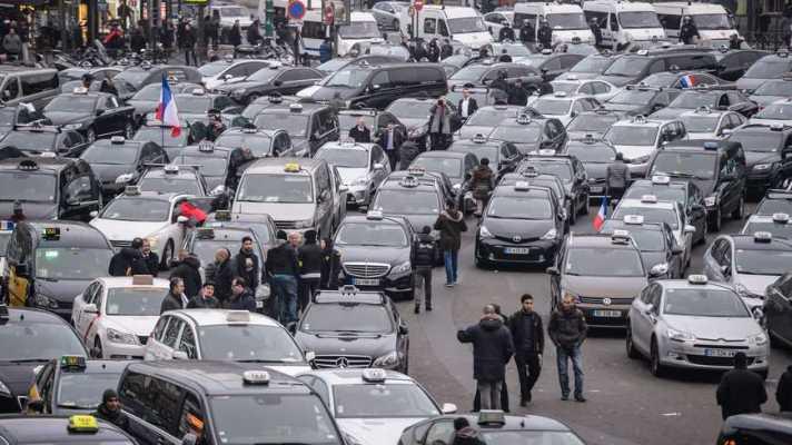 Des taxis bloquent la porte Maillot